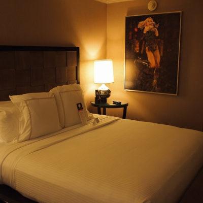 ラックスシティホテル デラックスキングルームのベッド