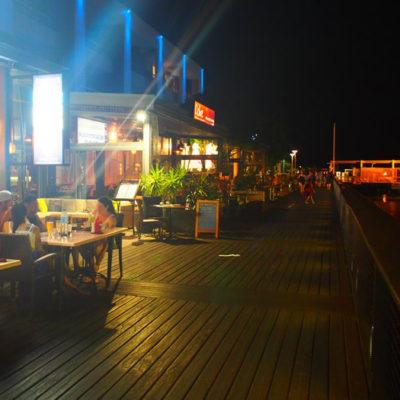 ケアンズのレストランが並ぶ海沿いをお散歩