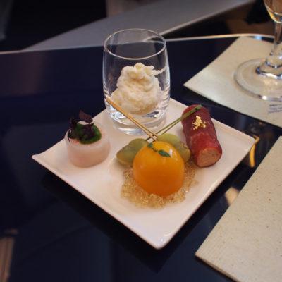 ANAファーストクラス 前菜 ホワイトアスパラガスの生ハム巻き 赤パプリカのムース かものコンフィジュレにグリーンピースのフラン