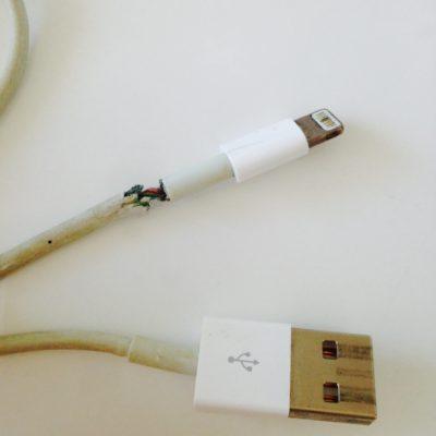 iPhone純正品のコードはゴムの部分が弱い