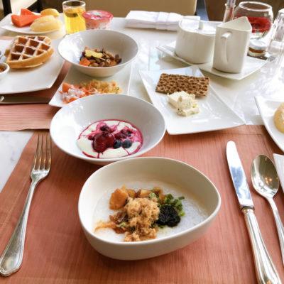 シャングリラホテルバンコク ラウンジ朝食 お粥とヨーグルト