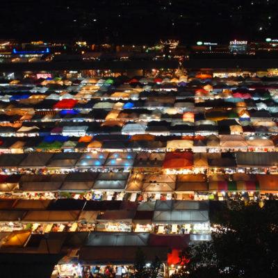 タラートロットファイ・ラチャダーのナイトマーケットをエスプラネードの駐車場から撮影