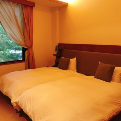 日光西町倶楽部あらとうと本館最上階ツインベッドルームのシモンズのベッド