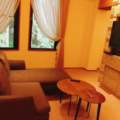 日光西町倶楽部あらとうと本館最上階ツインベッドルームのソファ